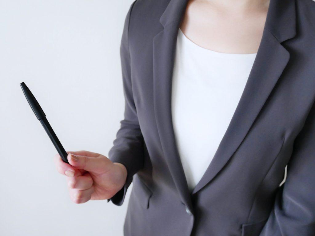 雇用調整助成金とは何かを説明する人