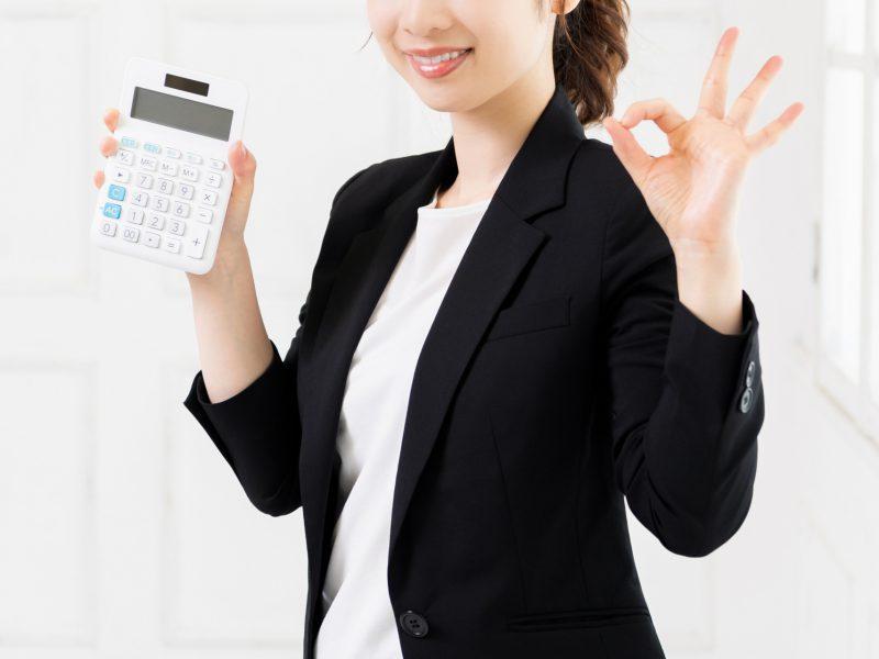 助成金について解説する女性