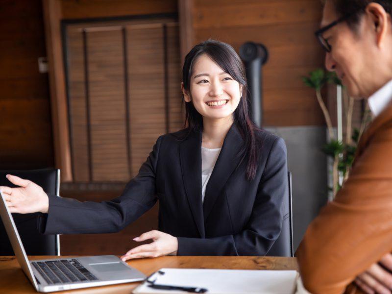 アドバイスをする社会保険労務士
