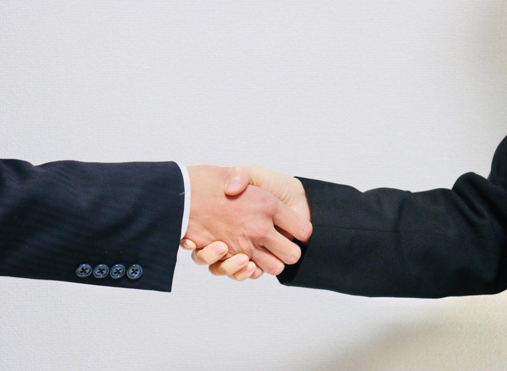 社労士と事業主の握手