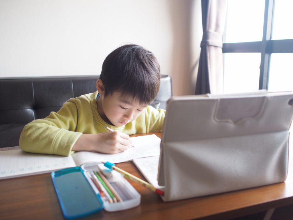 小学校の休業で在宅学習する小学生
