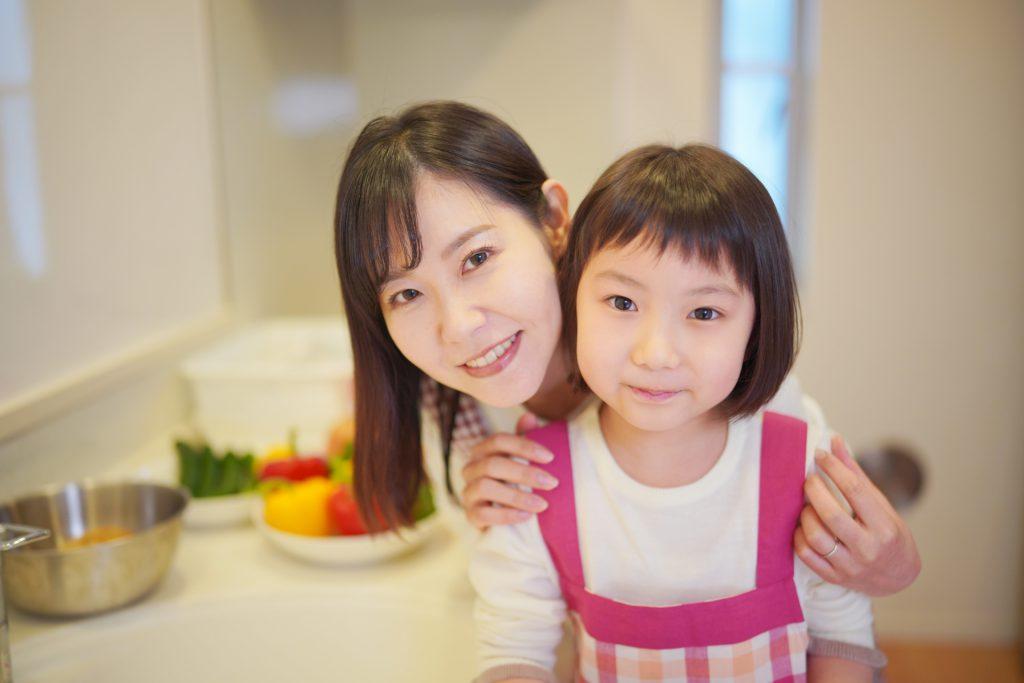 小学生の子どもの世話をする母親