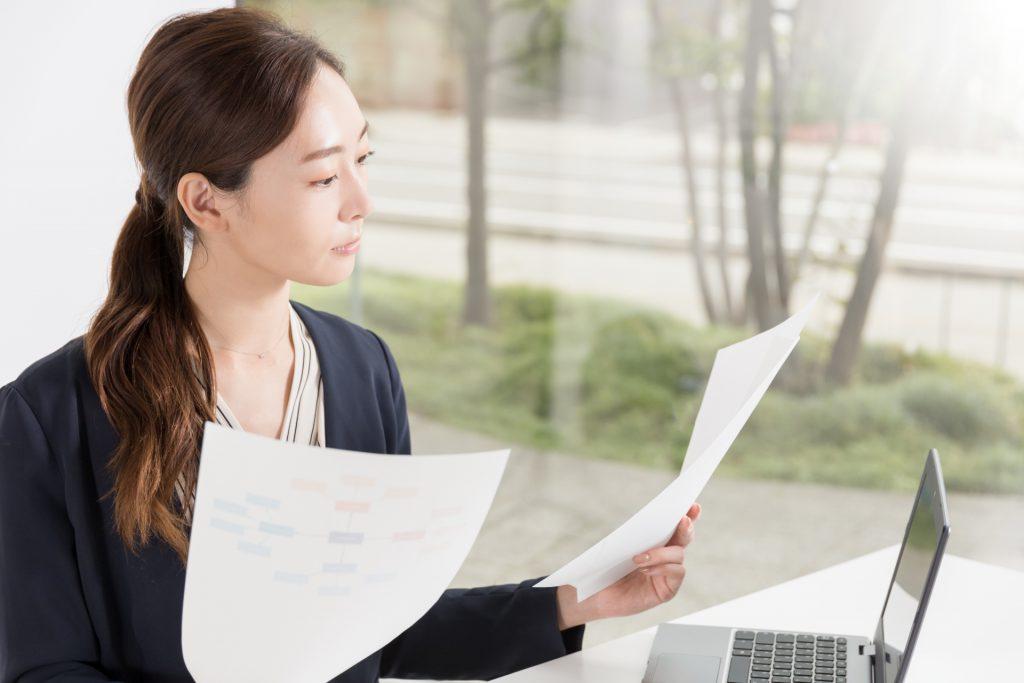 申請書類を確認する女性