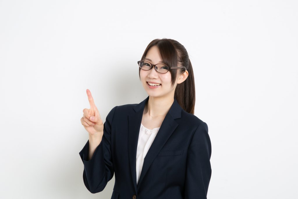 助成金申請の注意点を解説する女性