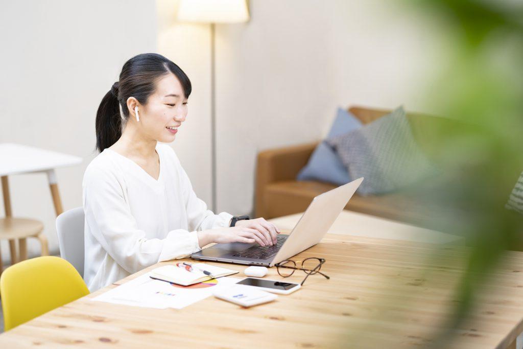 ホームページでの販路開拓を目指す女性