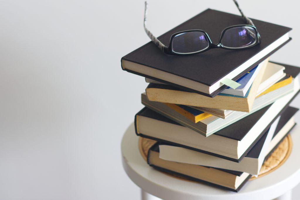 助成金について調べものをするための書籍イメージ