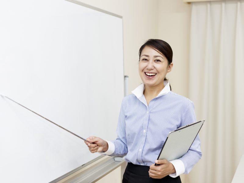 雇調金の手続きを解説する女性