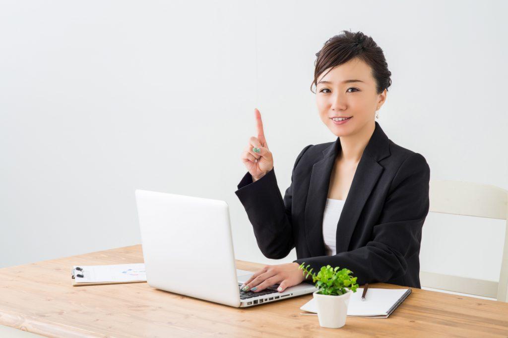 助成金申請のポイントを解説する女性