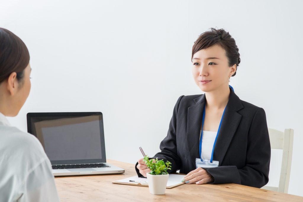 助成金申請について説明する女性