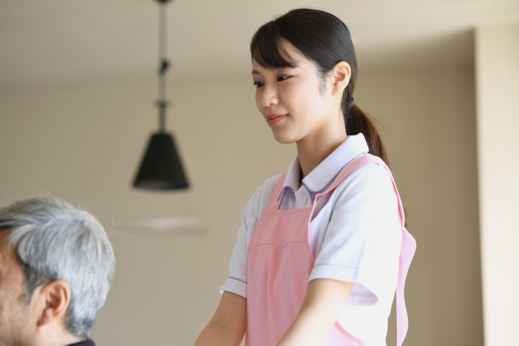 介護スタッフの若い女性