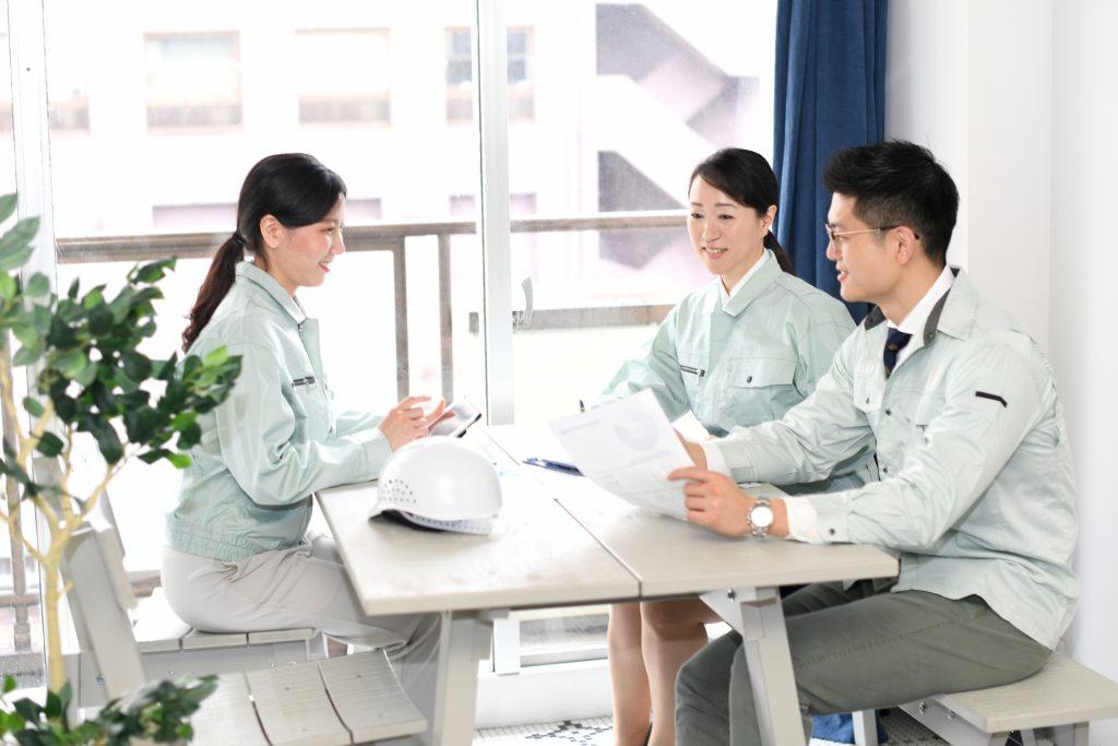 雇用管理制度について話し合う人たち