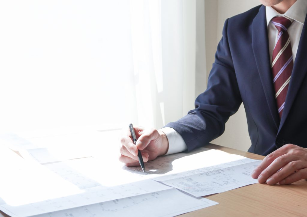トライアル雇用助成金の申請に必要な書類を書く人