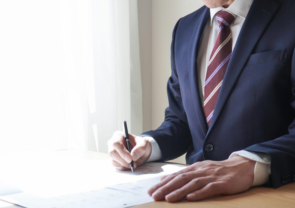 雇用調整助成金の申請書類を作成する人