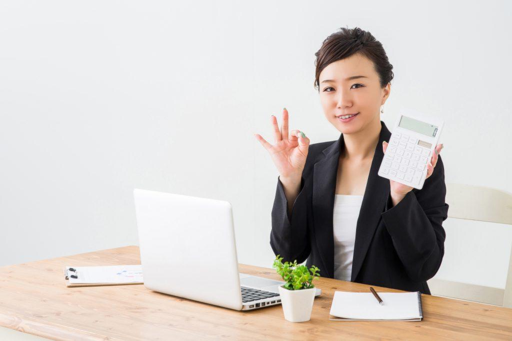 介護事業で使える助成金を解説する女性